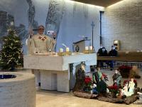 In den Sonntagsgottesdiensten - wie hier in St. Pius - hat Pfarrer Florian Judmann die Segensaufkleber der Sternsinger gesegnet.