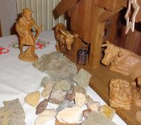 Auch besondere Steine schmücken die Krippe im Hause Dürig.