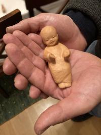 Zwei Hände, das Jesuskind - fertig ist diese kleine Krippe.