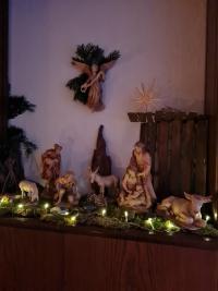 Der Weihnachtsengel schwebt über dieser schönen Krippe.